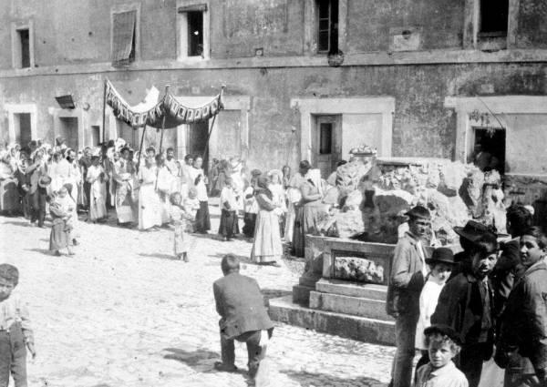 San Felice Circeo - Piazzale Vittorio Veneto durante una festa religiosa